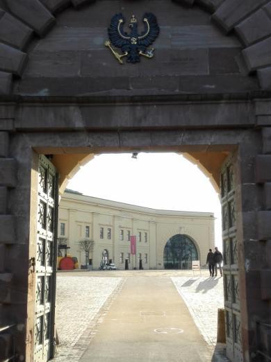 Durchgang zum Schossplatz mit dem Preußischen Wappen darüber