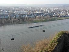 Blick auf die Seilbahn und den Rhein