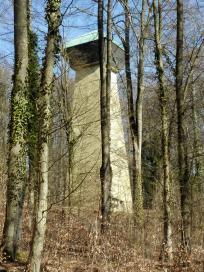 Turm im Wald unterhalb der Burg Hornberg