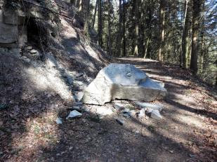Ein kleiner Felssturz auf dem Wanderweg