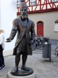 Adam Riese Skulptur in der Fußgängerzone