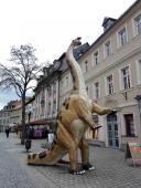 Was macht der Dino in der Einkaufsstraße?