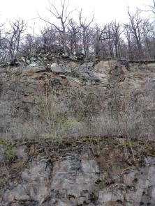 Aufschluss der Gesteinsschichten rund um den See