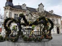 Österlich geschmückter Dorfbrunnen am Marktplatz
