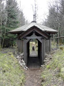 Rekonstruierter Jagdstand, der über einen abgeschirmten Gang von der Jagdhütte zu erreichen war