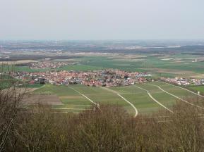 Blick vom Schloss Schwanenberg auf die Gemeinde Rödelsee