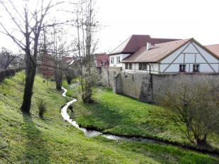 Stadtmauer mit Graben