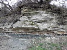 Aufschluss mit verschiedenen Gesteinsschichten