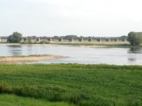 Reste der alten Eisenbahnbrücke, die bis kurz vor Kriegsende die Beiden Seiten des Flusses verband
