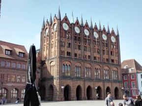 Stralsund: Die berühmte Fassade des Rathauses am Alten Markt