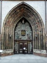Portal der evangelischen Nikolaikirche direkt neben dem Rathaus