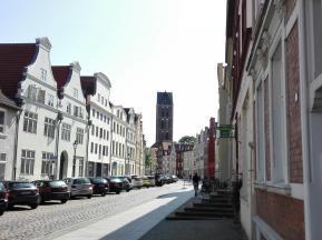 Straßenzug mit Blick auf den Turm der Marienkirche