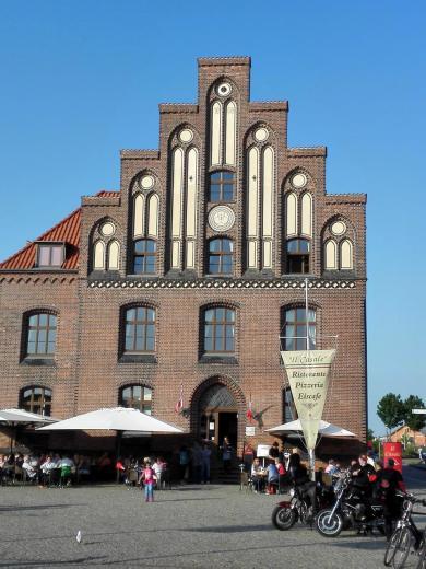 Modernes Gebäude am Hafen im historischen Stil der Backsteingotik