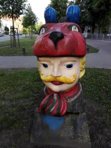 """Der """"alte Schwede"""" als Skulptur vor einem Schulgebäude"""