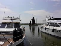 Ein historisches Segelschiff zieht vorbei
