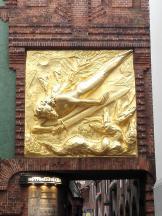 Eingang zur Böttcherstraße, mit dem Fassadenrelief Der Lichtbringer von Bernhard Hoetger