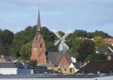 Petri Kirche und Flensburgs Bergmühle (Foto: Sönke Rahn | http://commons.wikimedia.org | Lizenz: CC BY-SA 3.0 DE)