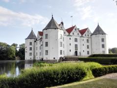 Glücksburg: Blick von den Wirtschafsgebäuden hinüber zum Schloss