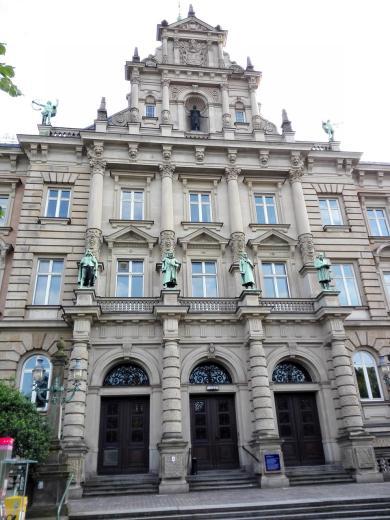 Fassade des alten Justizpalasts