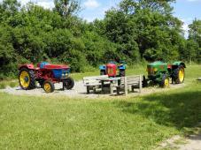 Alte Traktoren als Kinderspielplatz