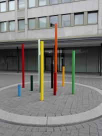 Moderne Kunst vor einem Versicherungssitz