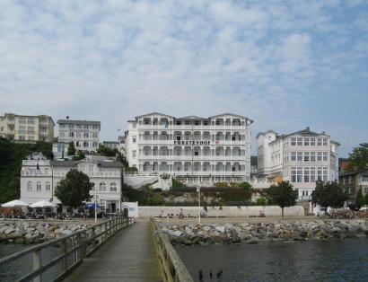 Hotels an der Strandpromenade, u.a. der Fürstenhof und das Strandhotel, zwei der ältesten Sassnitzer Hotels (Foto: Andreas Steinhoff | http://commons.wikimedia.org | Lizenz: CC BY-SA 3.0 DE)
