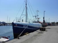 Hochseetaugliches Fangschiff im Hafen von Travemünde