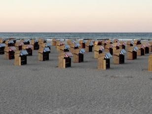 Travemünde: Verwaiste Strandkörbe im Abendlicht