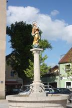 Mariensäule vor der Stadtpfarrkirche (Foto: Dguendel | http://commons.wikimedia.org | Lizenz: CC BY-SA 3.0 DE)