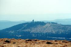 Blick vom Brocken hinüber zum Wurmberg (Foto: Dguendel | http://commons.wikimedia.org | Lizenz: CC BY-SA 3.0 DE)