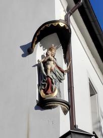 Heiligenfigur an einem Haus