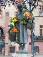 Das meistgeküsste Mädchen der Welt: Die Göttinger Gänseliesel vor dem Alten Rathaus (Foto: Daniel Schwen   http://commons.wikimedia.org   Lizenz: CC BY-SA 3.0 DE)