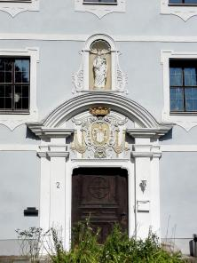 Portal an einem ehemaligen Klostergebäude