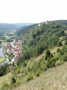 Blick von den Kalkhängen auf die Burg Kallmünz und das Dorf