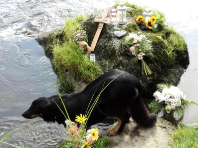 Hier muss etwas Schlimmes am Fluss passiert sein. Unfall, Selbstmord?
