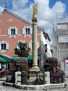 Heiligenfigur gegenüber dem Rathaus
