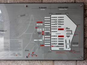 Vorne der Bereich der SS, dahinter die Häftlingsbaracken, dahinter der Steinbruch