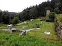 """Reste des ehemaligen Steinbruchs im so genannten """"Tal des Todes"""" mit Gedenkanlagen"""