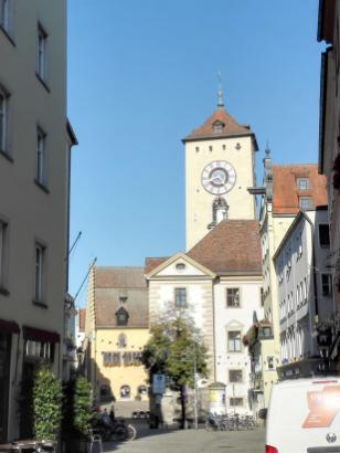 Im Hintergrund: Der Turm der Niedermünsterkirche