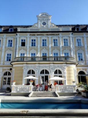 Reich verzierte Fassade des noblen Parkhotels