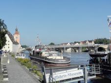Blick Stromaufwärts zur Steinernen Brücke
