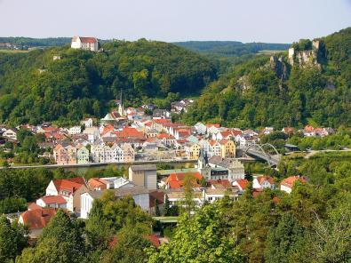 Blick vom Altmühl Panoramasteig hinunter nach Riedenburg
