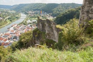 Blick von der Burgruine Tachenstein hinunter nach Riedenburg