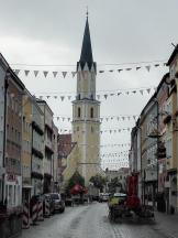 Blick über die Haupteinkaufsstraße zur Pfarrkirche St. Johannes der Täufer