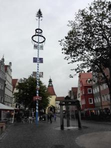 Brunnen und Maibaum vor dem Unteren Tor