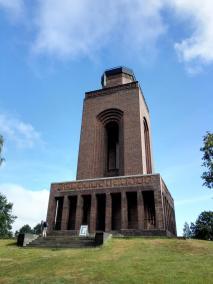 Der Bismarckturm, höchster Punkt in der flachen Landschaft