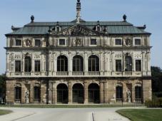 Noch allen vier Seite zeigt das Palais eine aufwändig gestaltete Fassade