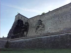 Die Festungsmauern wirken von unten mehr als mächtig