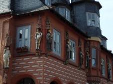 Skulpturen an der Hotelfassade