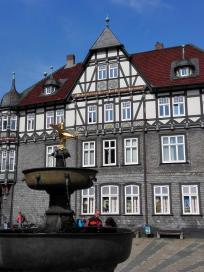 Brunnen am Marktplatz mit dem Goslarer Adler in Gold